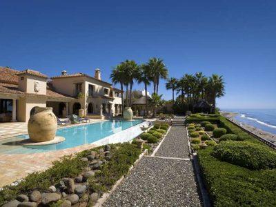 Stunning beachfront mansion in prime location 12